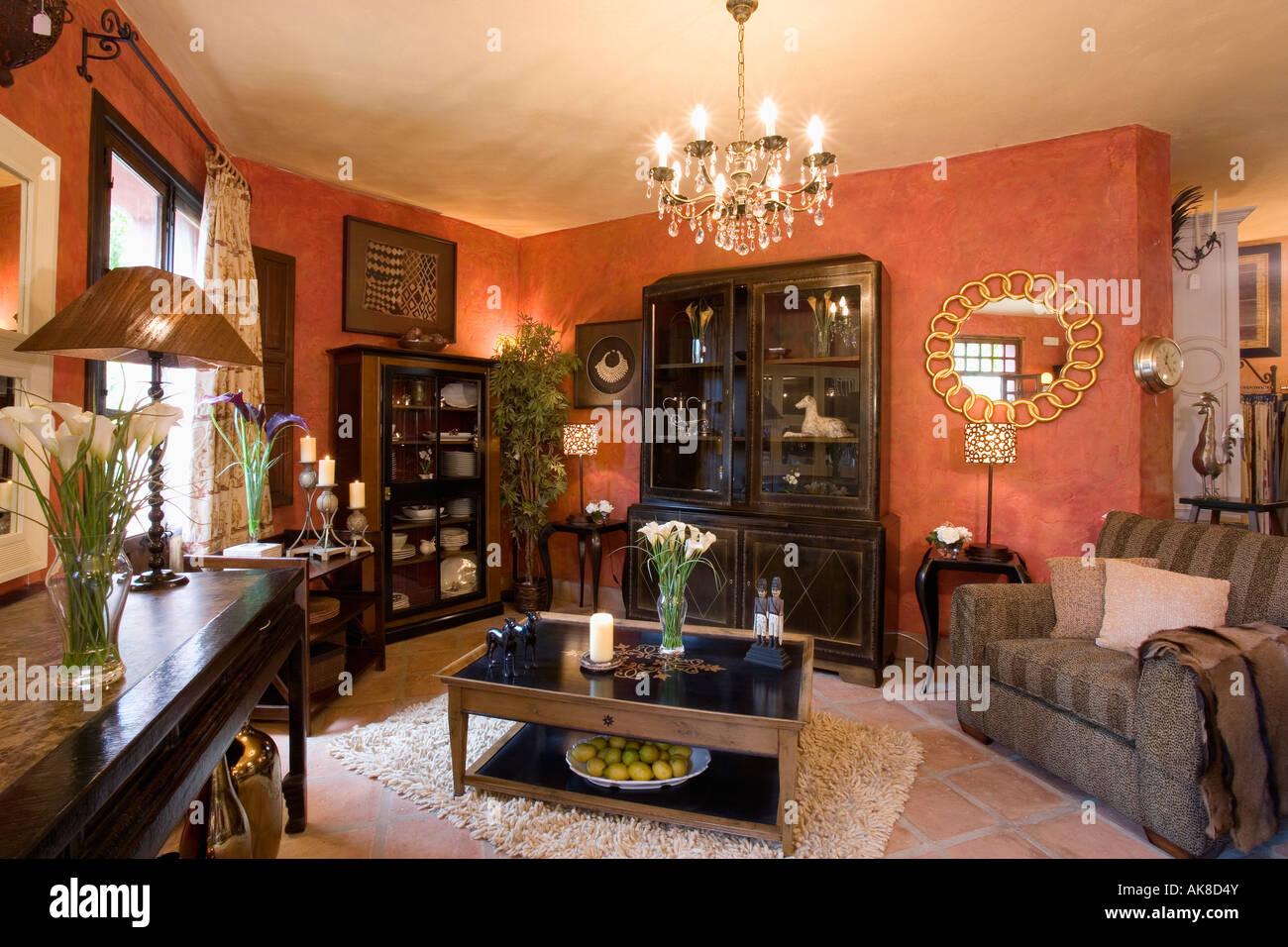 Dunkelbraune Möbel und moderne Kronleuchter im spanischen Wohnzimmer ...