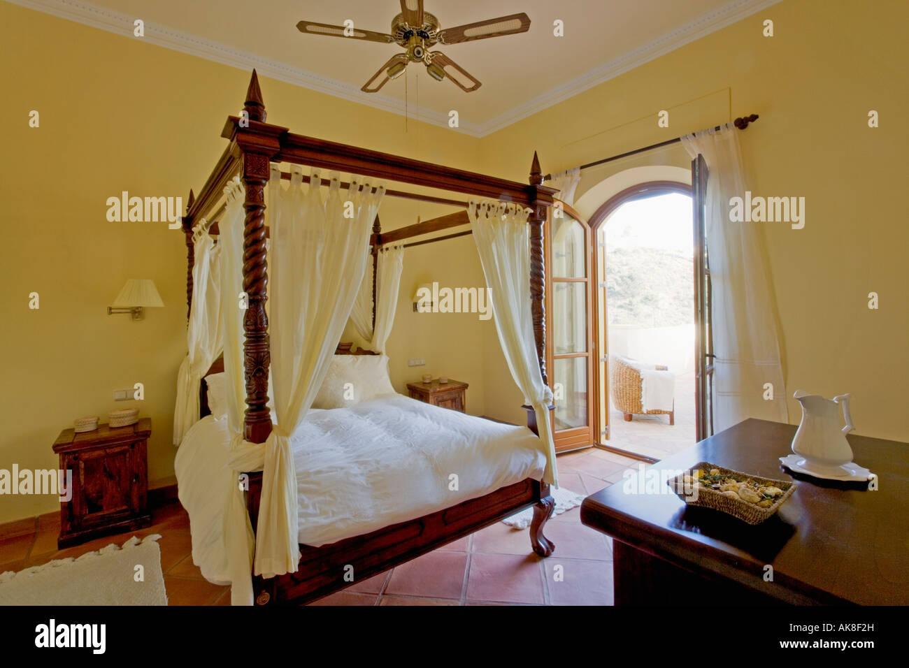 Weiße Vorhänge und Bettwäsche auf Schlafzimmereinrichtungen Bett in ...