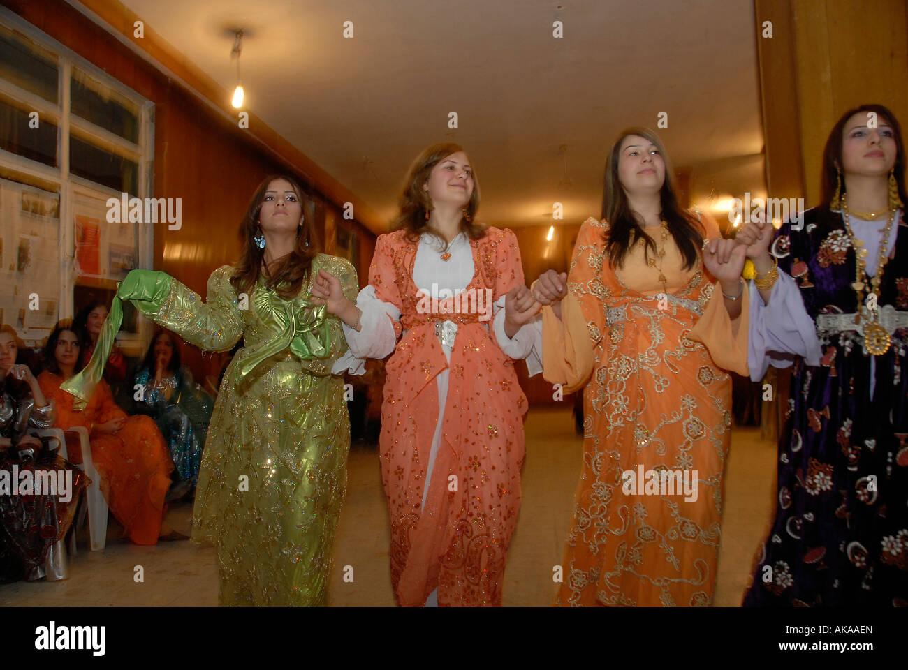 Kurdische frauen tanzen an eine kurdische hochzeit in hakkari in der nähe der türkisch irakischen grenze der südöstlichen türkei