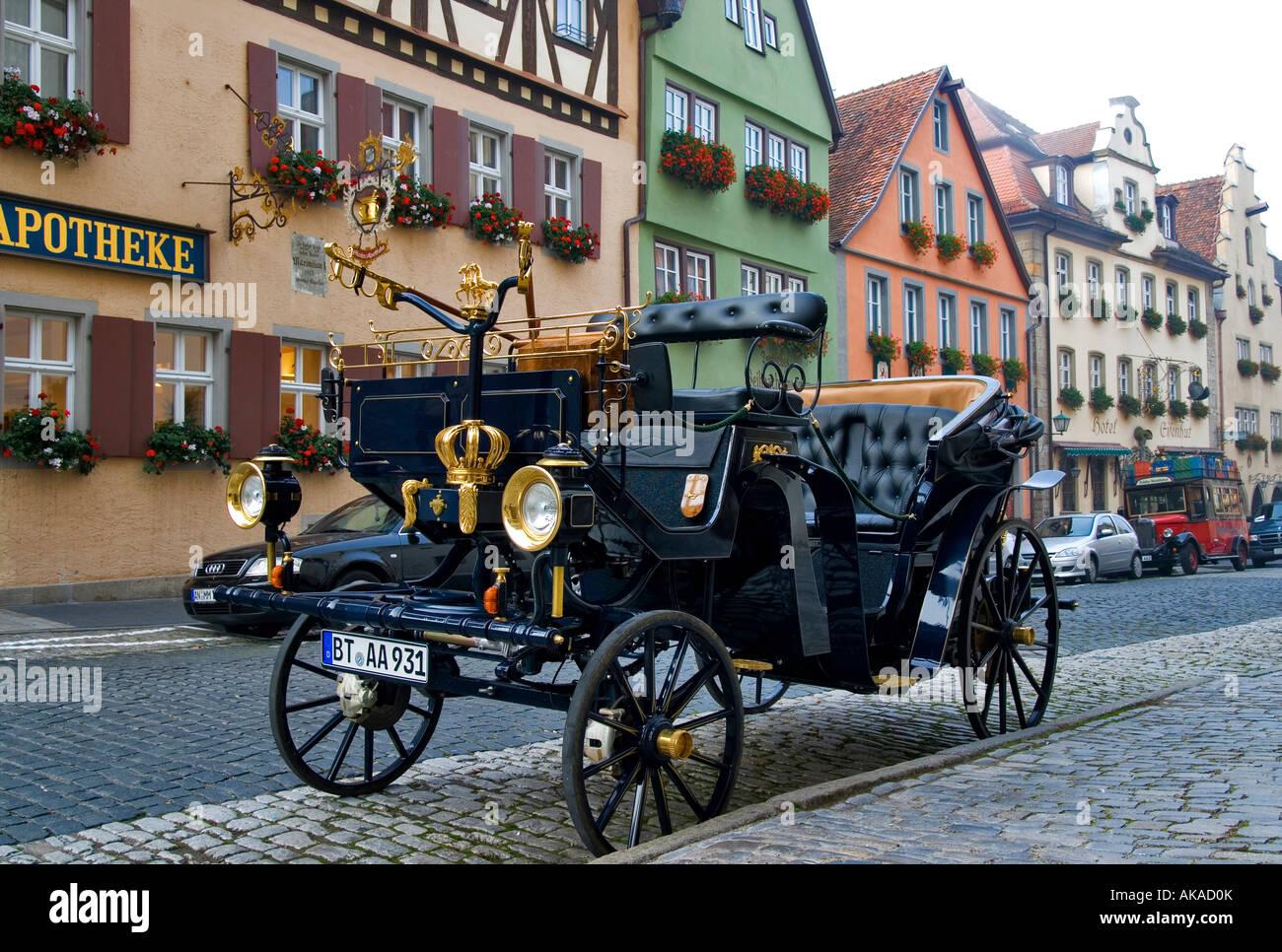 Oldtimer in der Berühmten Galgengasse in Rothenburg Ob der Tauber Oldtimer in der berühmten Galgen Lane Stockbild