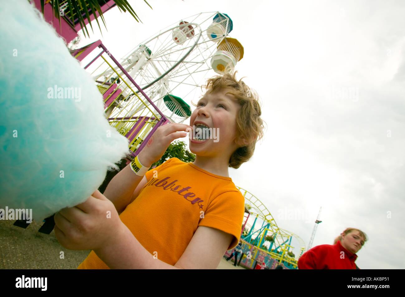 Kinder essen Zuckerwatte Stockbild