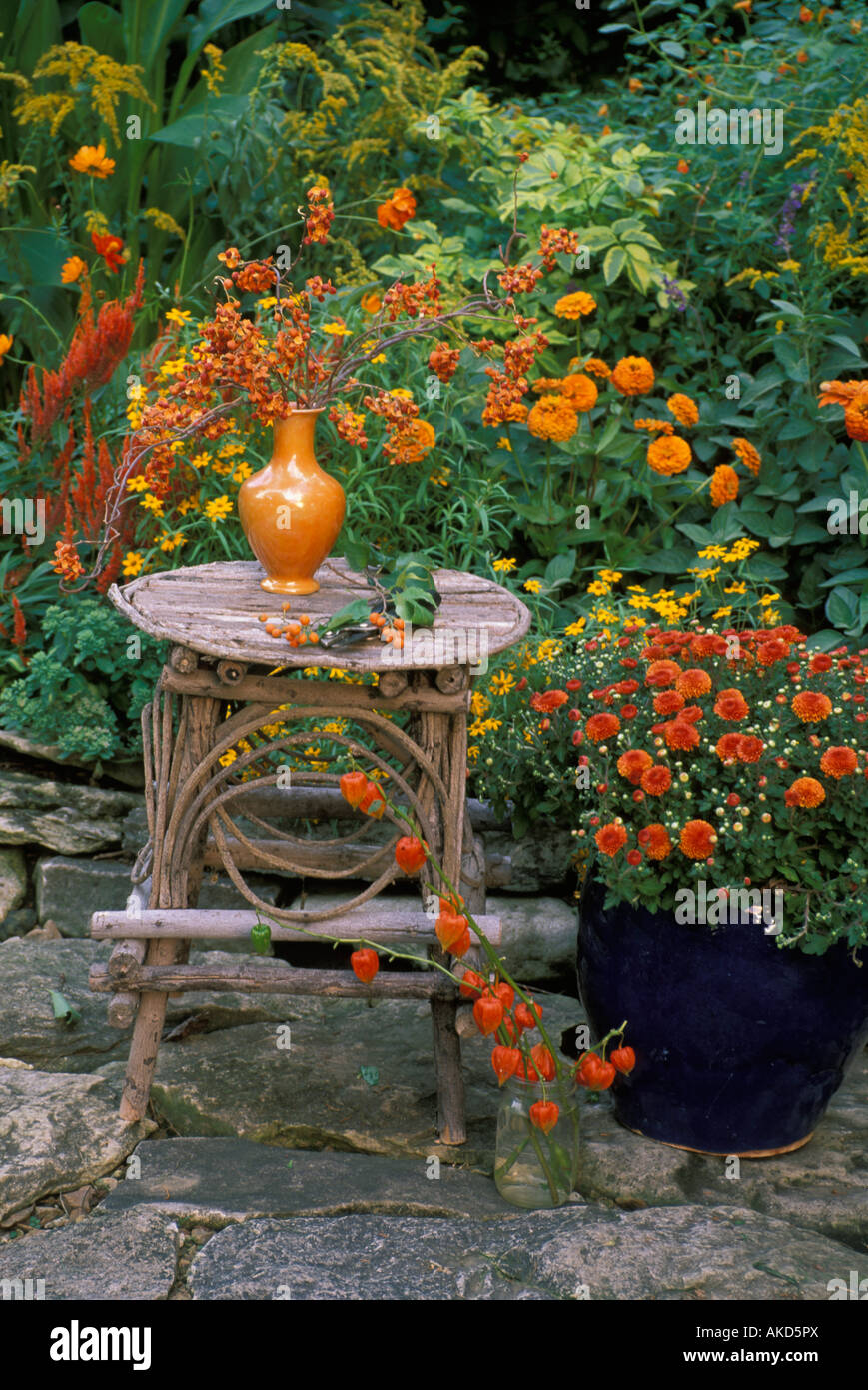 herbst tee garten orange vase mit trockenblumen lampions. Black Bedroom Furniture Sets. Home Design Ideas