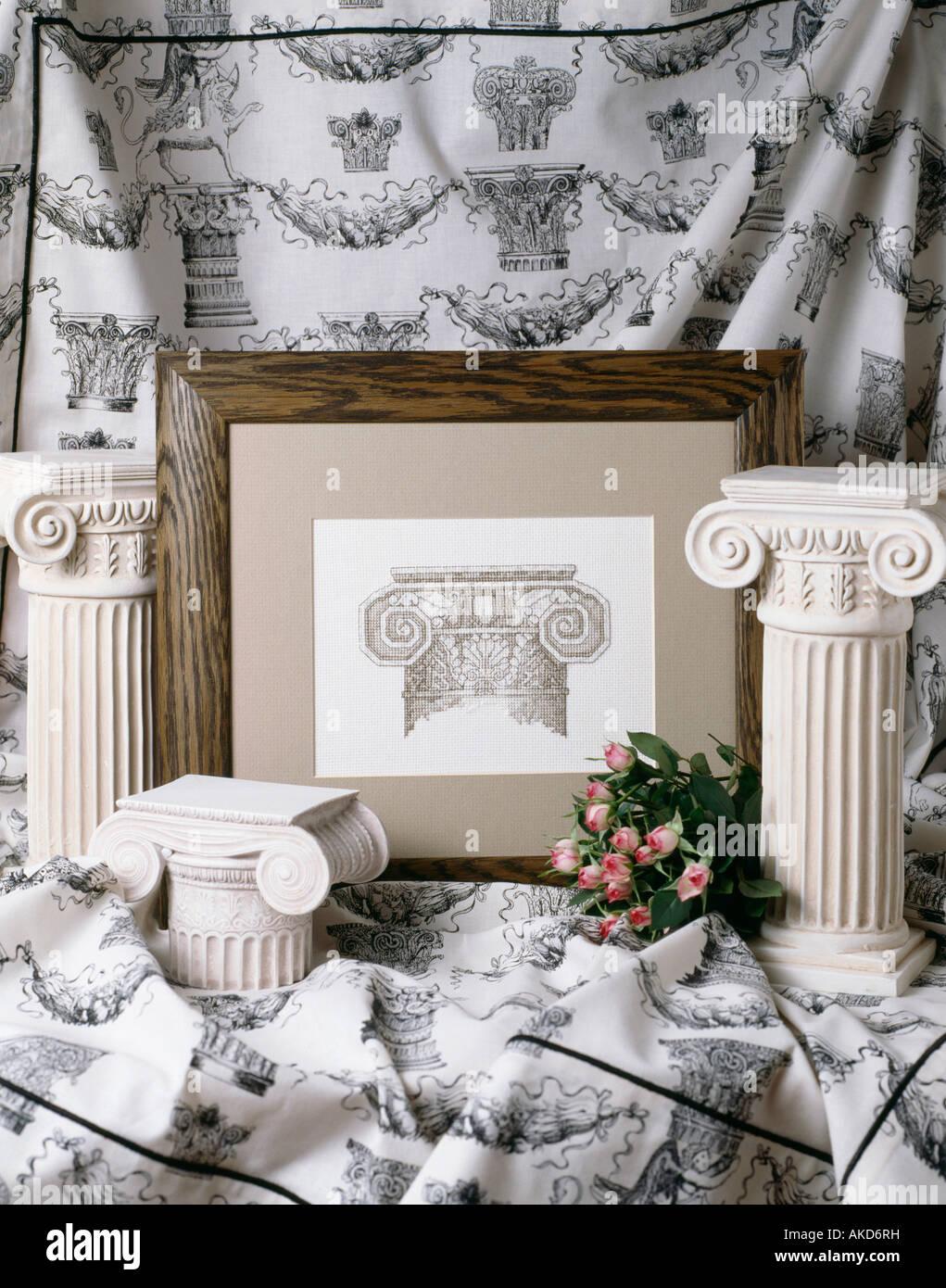 Gips Säulen im griechischen Stil und gerahmte Radierung gegen ...