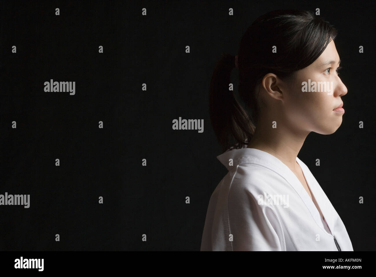 Seitenansicht einer jungen Frau, die Betrachtung Stockbild