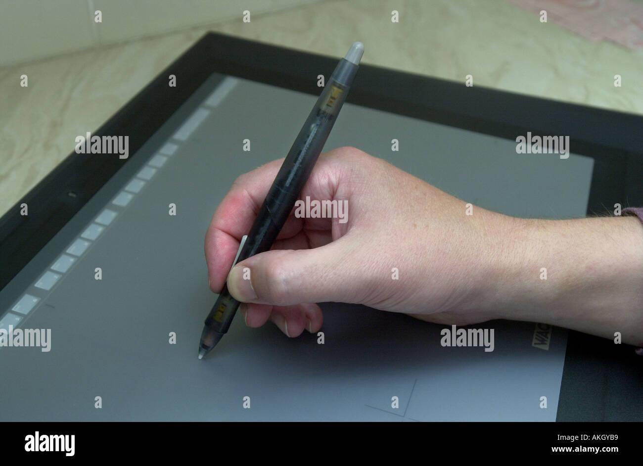 Der Mensch nutzt ein Computer Grafiktablett zum Zeichnen von UK Stockbild