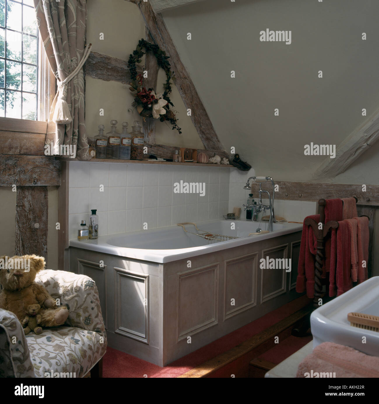 Graue Verkleidungen Auf Weißen Bad Im Dachgeschoss Bad Mit Sichtbaren Balken