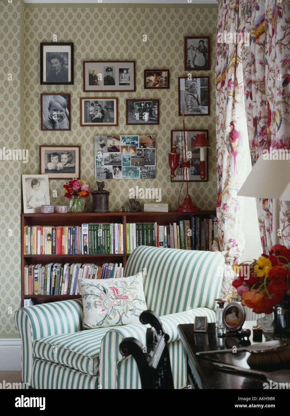Schwarz / weiß Fotografien an Wand über Bücherregale im Wohnzimmer ...