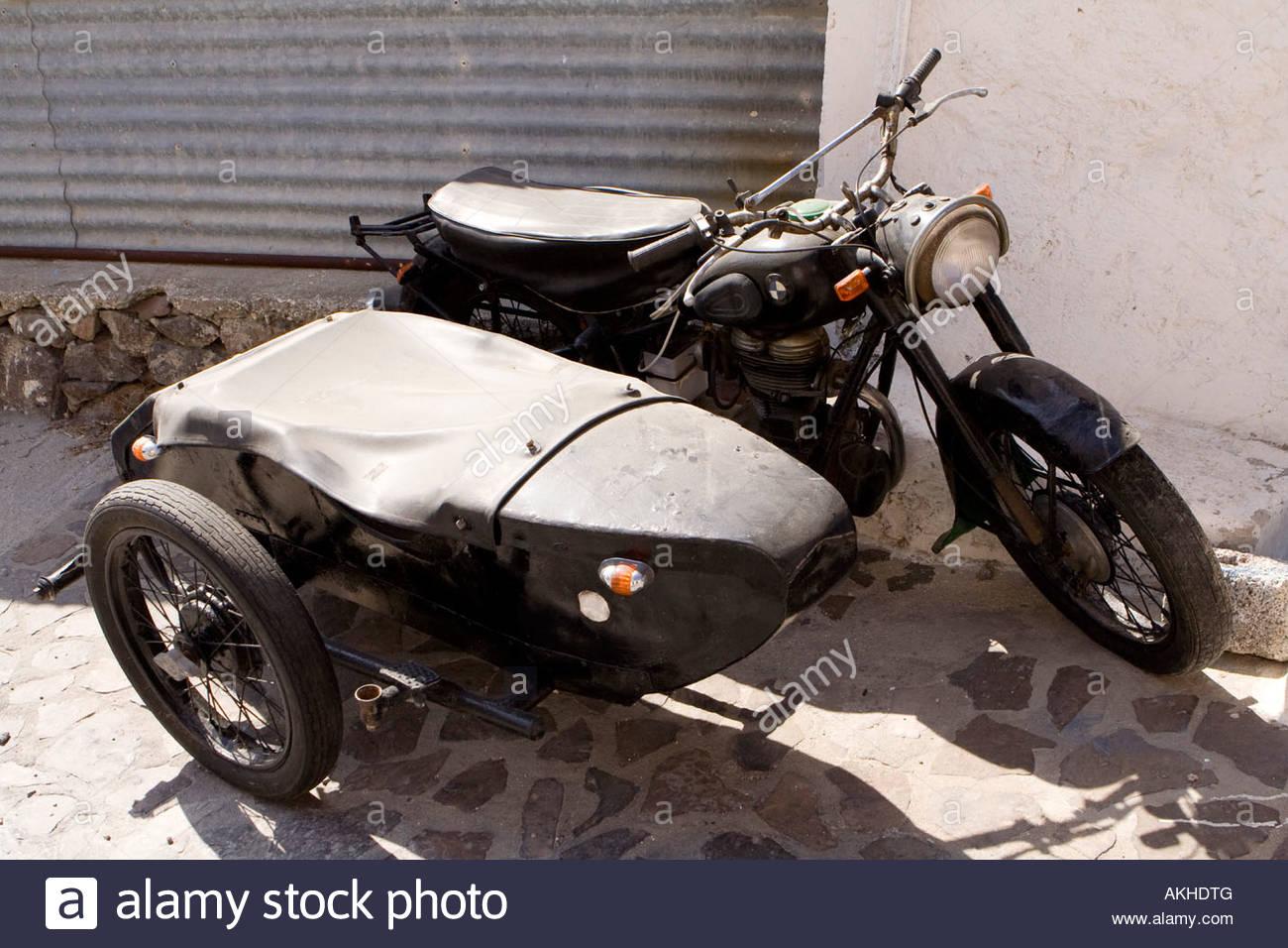 eine alte bmw motorrad und beiwagen auf der stra e in tripiti milos griechenland stockfoto bild. Black Bedroom Furniture Sets. Home Design Ideas
