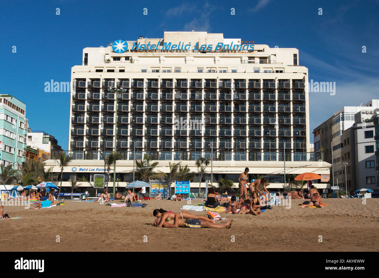 Junges Paar Küssen Am Strand Vor Hotel Melia Las Palmas In Playa De