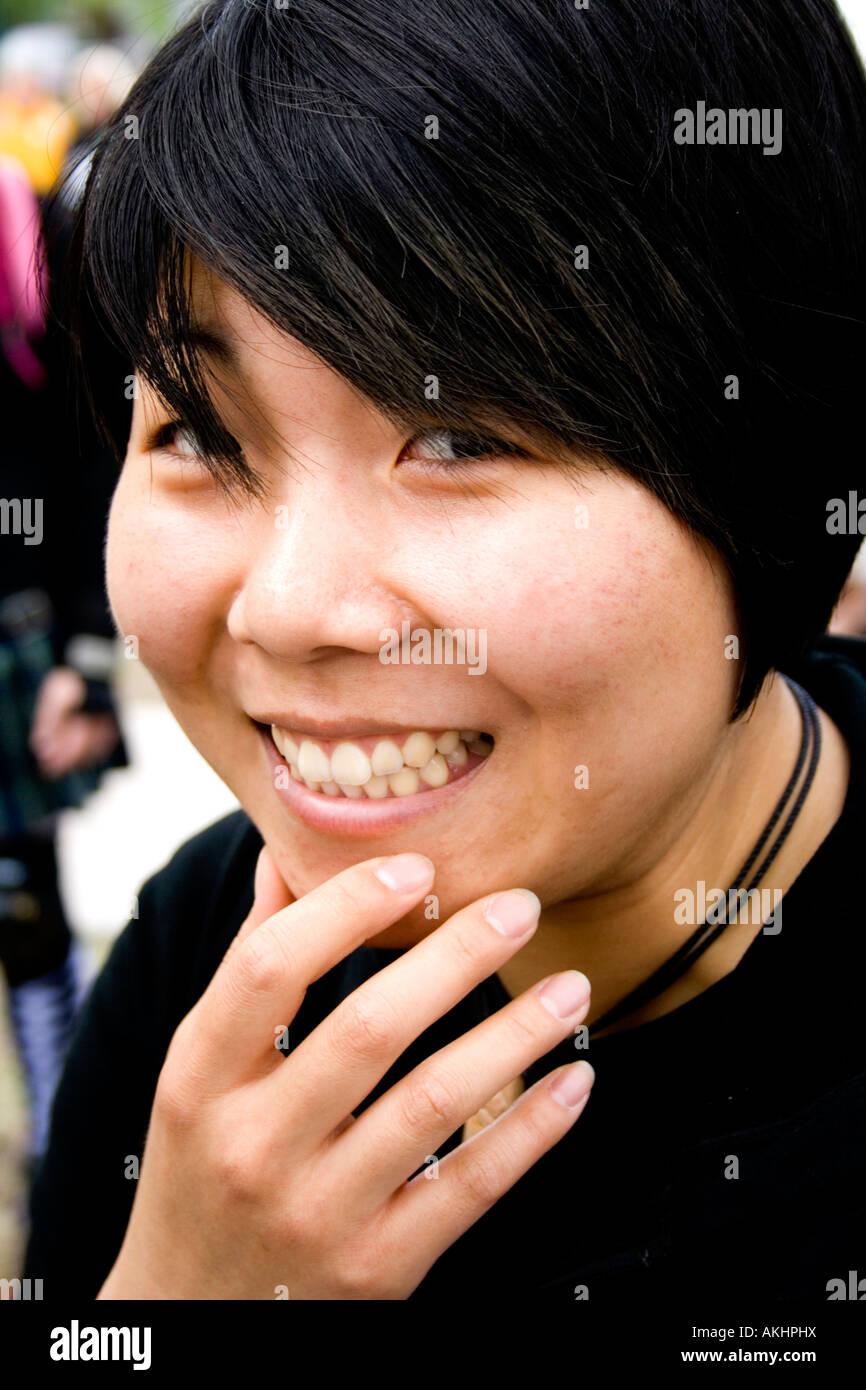Asiatische Frau suchen auf mysteriöse Weise glücklich mit 22 Jahren. MayDay Parade und Festival. Minneapolis Stockbild