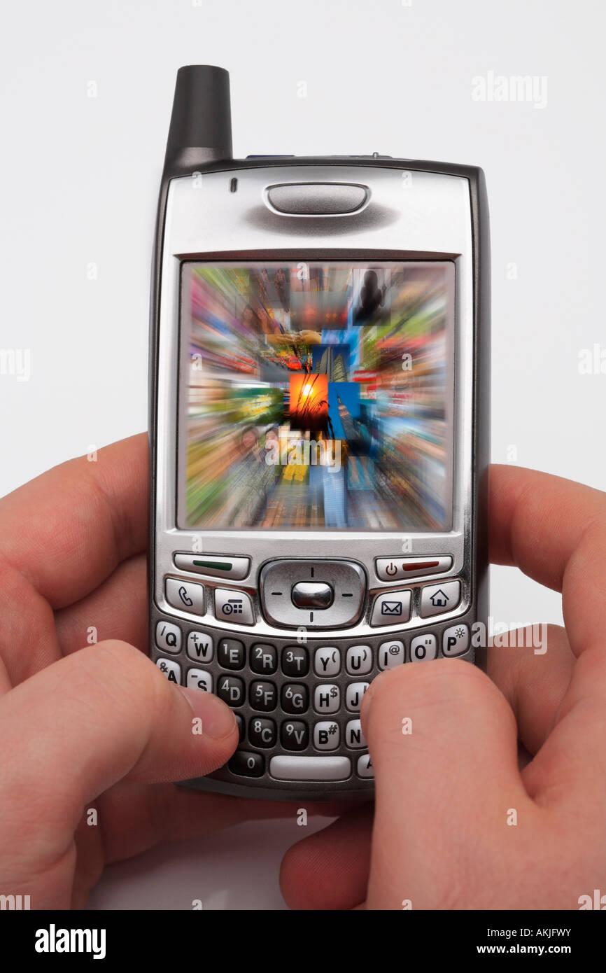 Mann, die Fotos auf seinem Handy zu überprüfen. Stockbild