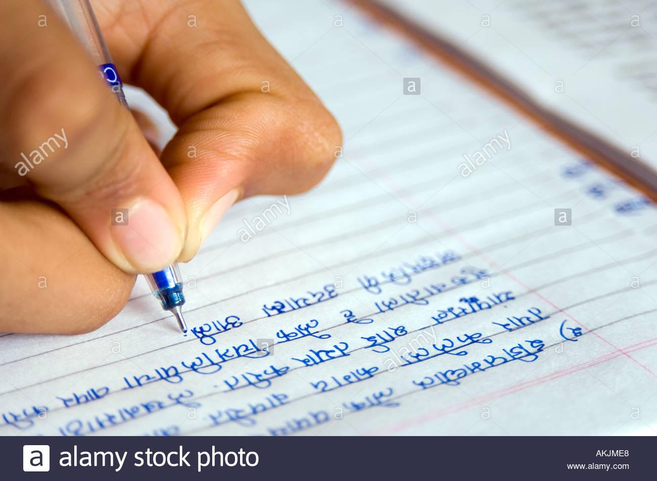 Indische Schuljunge tun Hausaufgaben schreiben mit Kugelschreiber in ...
