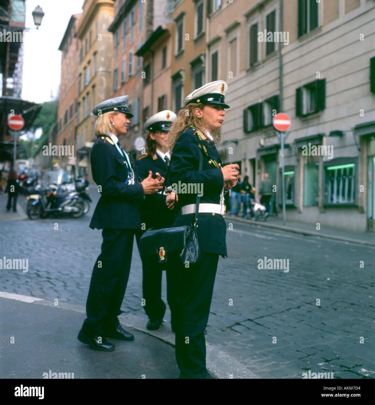 Eine Gruppe von attraktiven Verkehr Polizei Frauen Polizia Italia ...