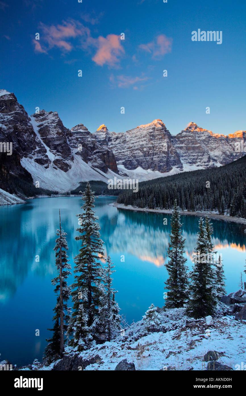 Schnee am Moraine Lake im Banff-Nationalpark, Rocky Mountains, Kanada Stockbild