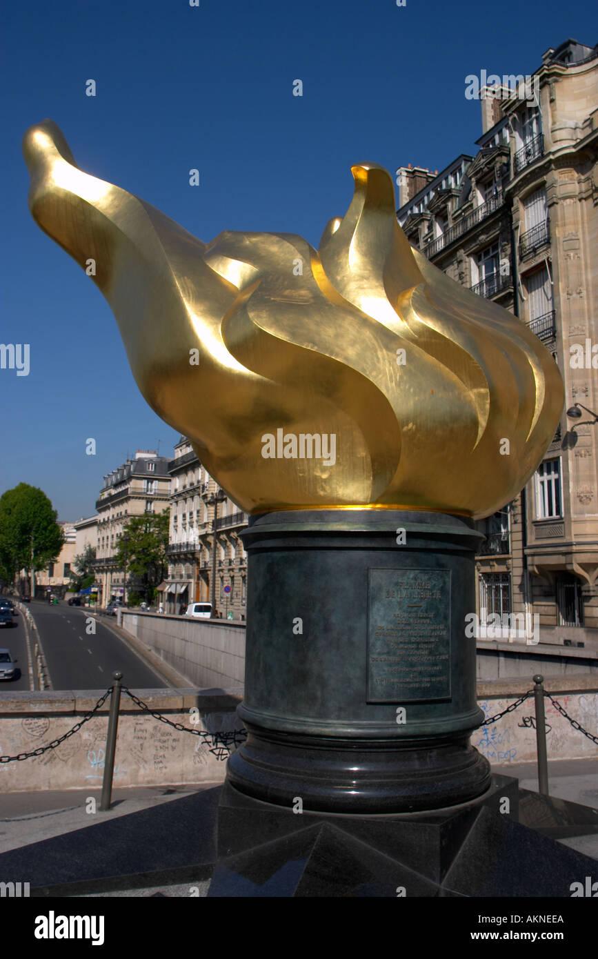 Flamme der Freiheit in der Nähe von Pont d Alma Paris über den Tunnel, wo Prinzessin Diana ihr Leben bei einem Autounfall im Jahr 1997 verloren Stockfoto