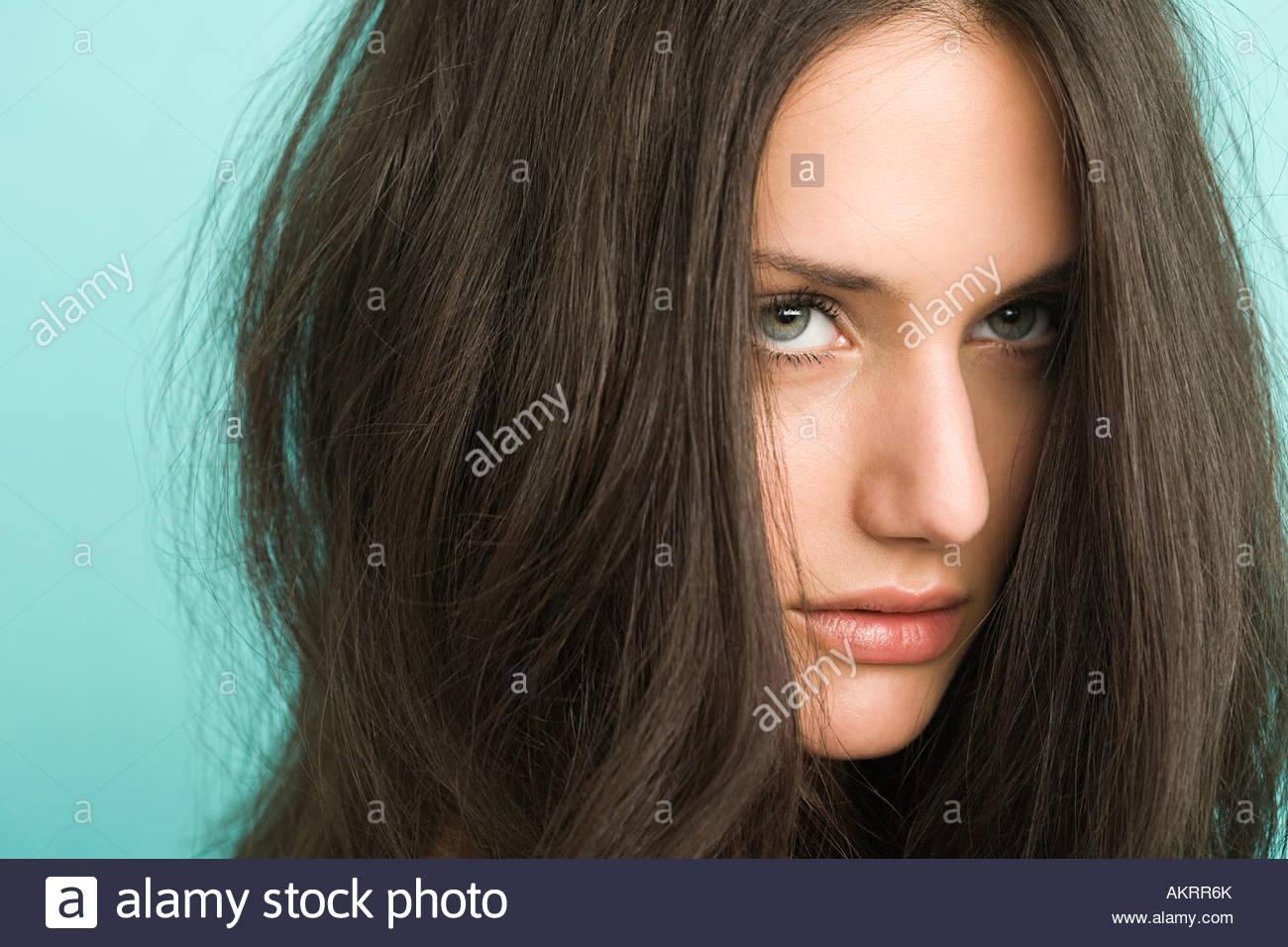 Eine schöne junge Brünette Frau Stockbild