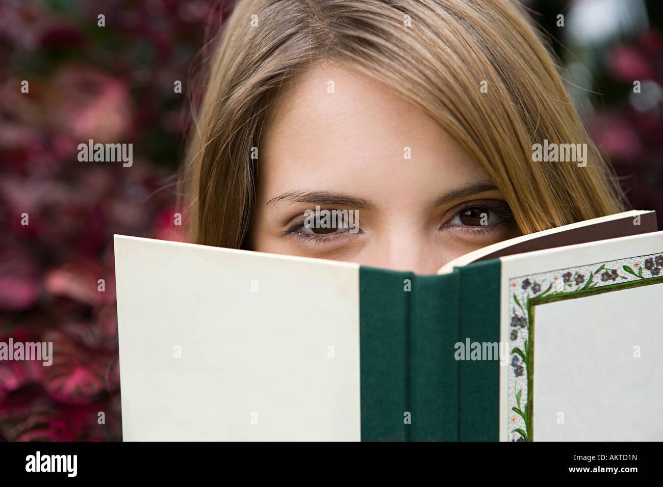 Junge Frau mit einem Buch Stockbild