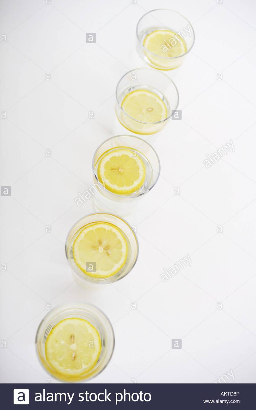 Zitronenscheiben in Gläser Wasser Stockbild