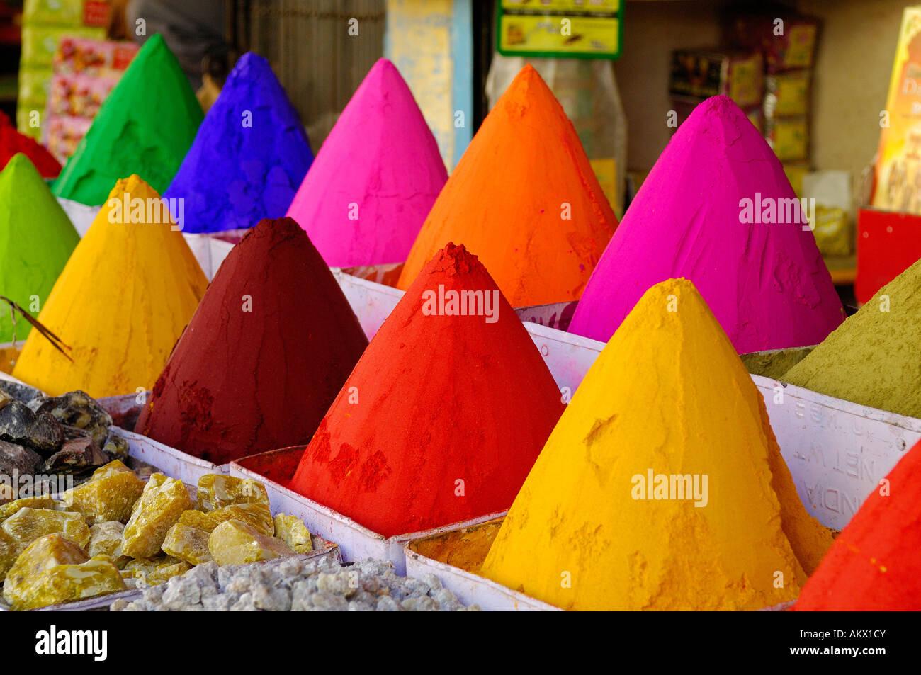 Indien, Karnataka, Bijapur, Farbstoff-Array auf Markt Stockbild