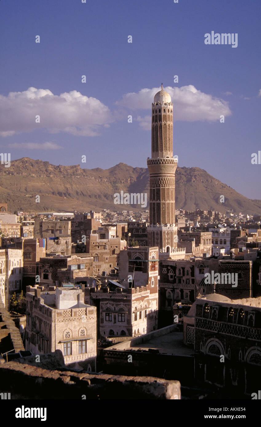 Hoch gewölbte Minarett Turm vorspringenden hoch über Sana s Dächern Islam Sana Jemen Stockbild