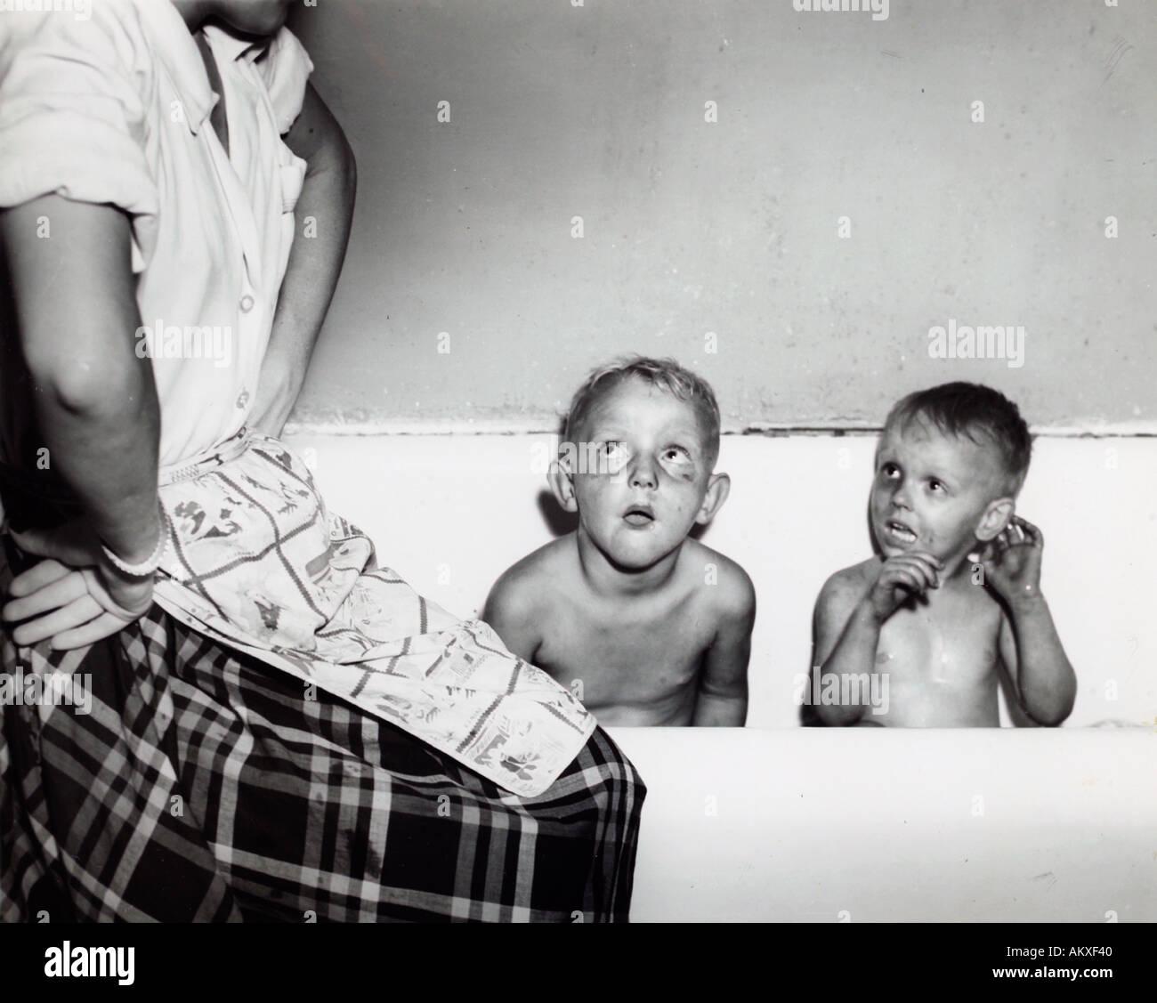 zwei sehr schmutzigen jungen in der badewanne mutter 1950 s blickte