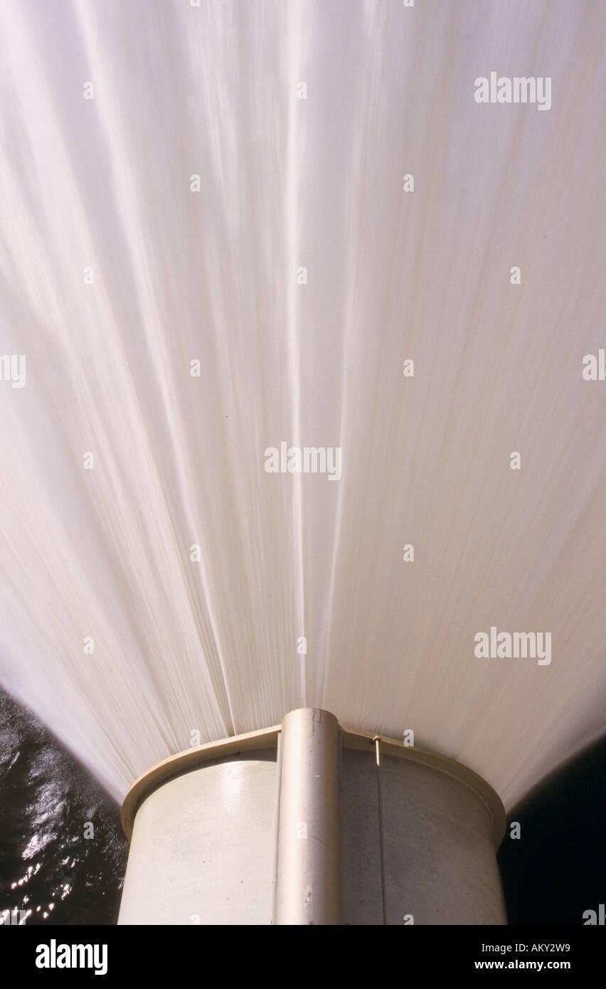 Plume von Bewässerung Ventil auf Basis der Staudamm Hochwasserentlastung, Hume Dam, Albury, New South Wales, Stockbild