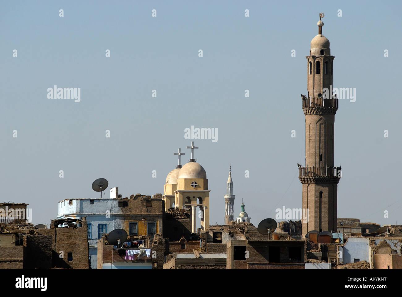Zeichen der verschiedenen Religionen. Links ein christlicher Kopte Kirche, eine Moschee, Esna, Egyt rechts Stockbild