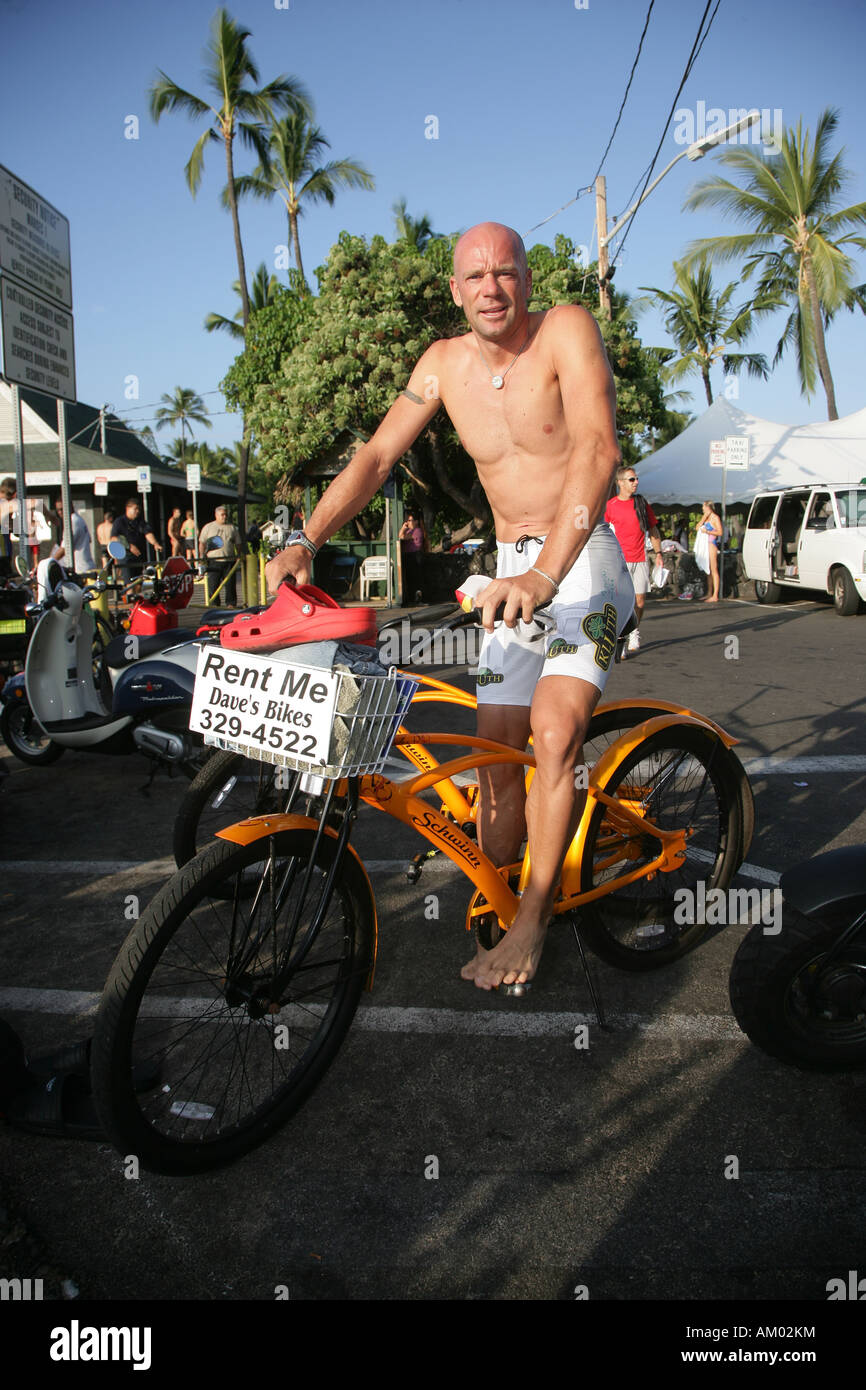 Triathlonien Kai Hundertmarck (GER) ein Cruiser-Fahrrad am Strand fahren vorzubereiten für die Ironman World Stockbild