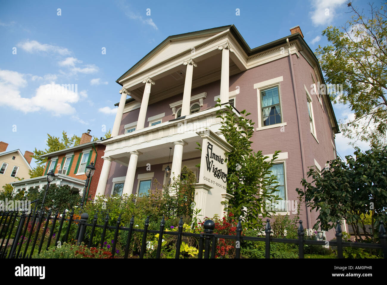 ILLINOIS Galena Exterieur von Annie Wiggins Gast Haus Bed & Breakfast schmiedeeisernen Zaun und Garten Stockfoto