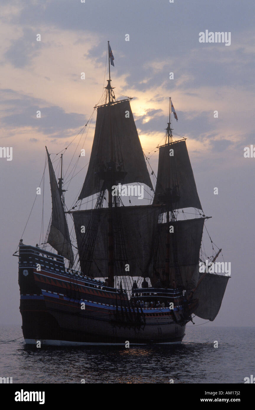 Silhouette der eine Nachbildung der Mayflower II Plymouth Massachusetts Stockbild