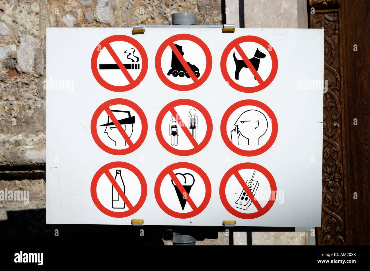 Verbot zu unterzeichnen, vor der Dom Zu St. Jakob, Innsbruck, Tirol, Österreich Stockbild