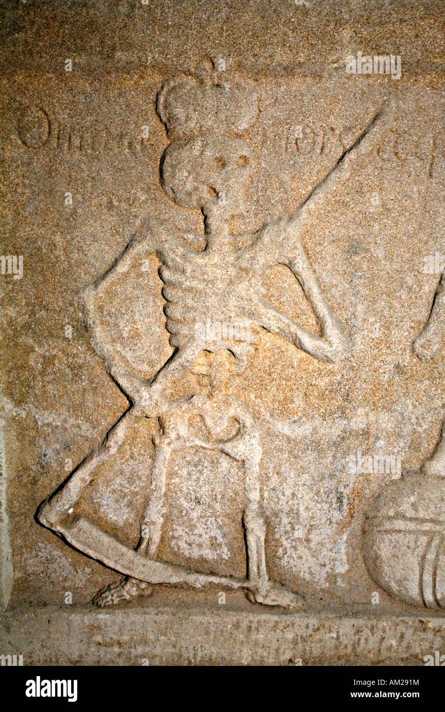 Der Sensenmann, Lord des Todes, auf Grabstein in der Krypta der Rosslyn-Kapelle Roslin Schottland, Vereinigtes Königreich Stockbild