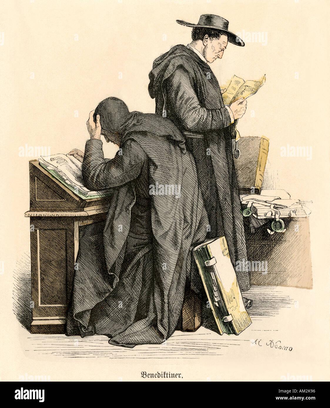Benediktinermönche brütete über mittelalterliche Handschriften. Hand-farbig drucken Stockbild