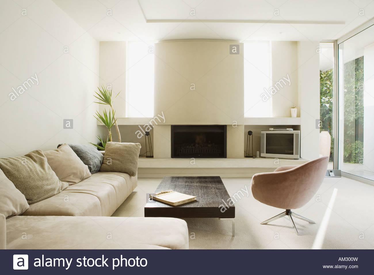 Modernes Wohnzimmer Mit Großem Kamin