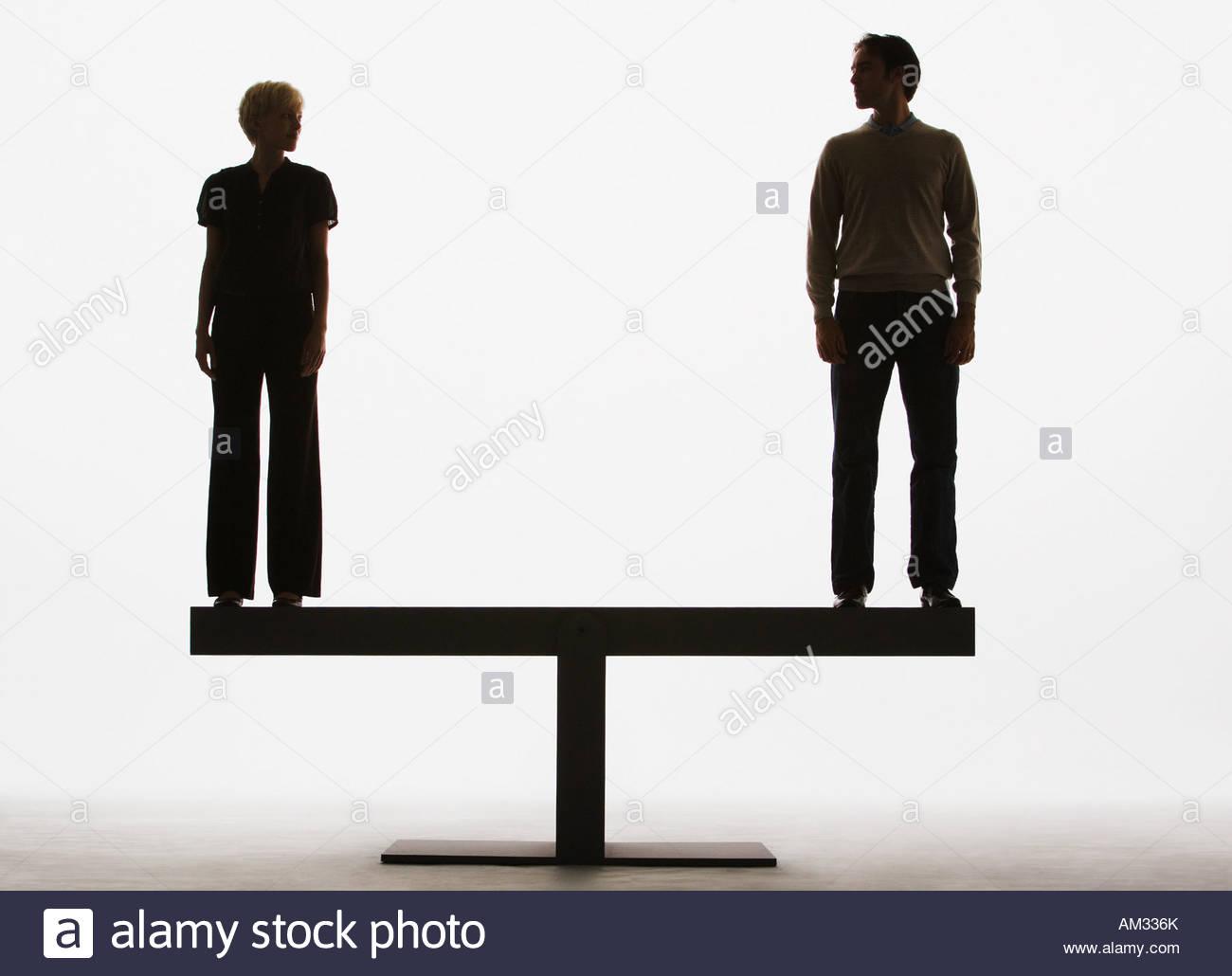 zwei Menschen stehen auf einem Brett Stockbild
