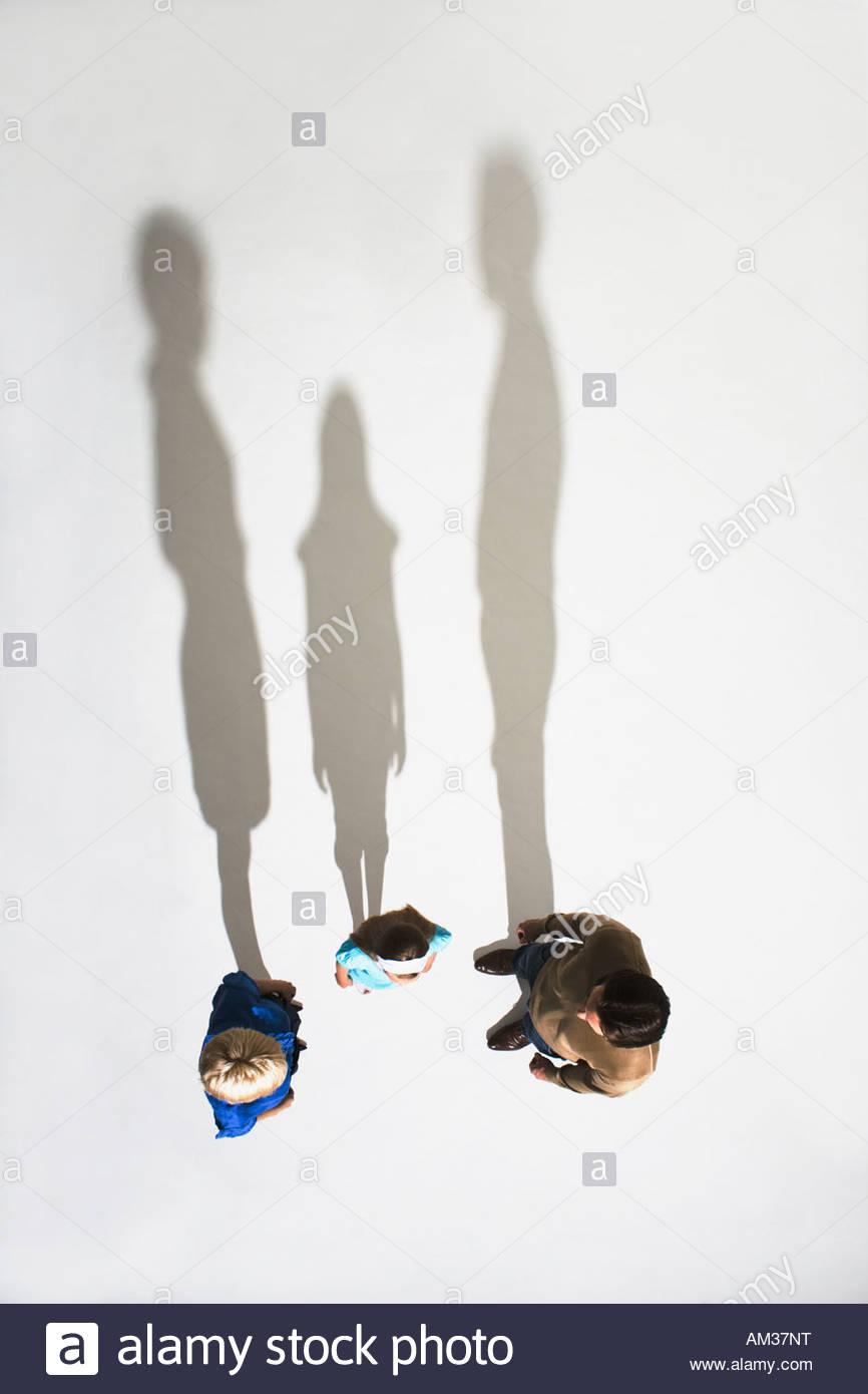 Ehepaar und ein junges Mädchen zusammen stehen Stockbild