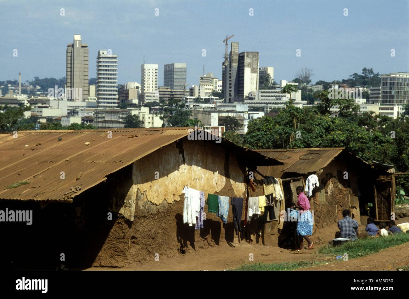 Shanty Town Häuser in Sichtweite des modernen Hochhäuser in zentralen Kampala Kapital Stadt von Uganda Ostafrika Stockbild