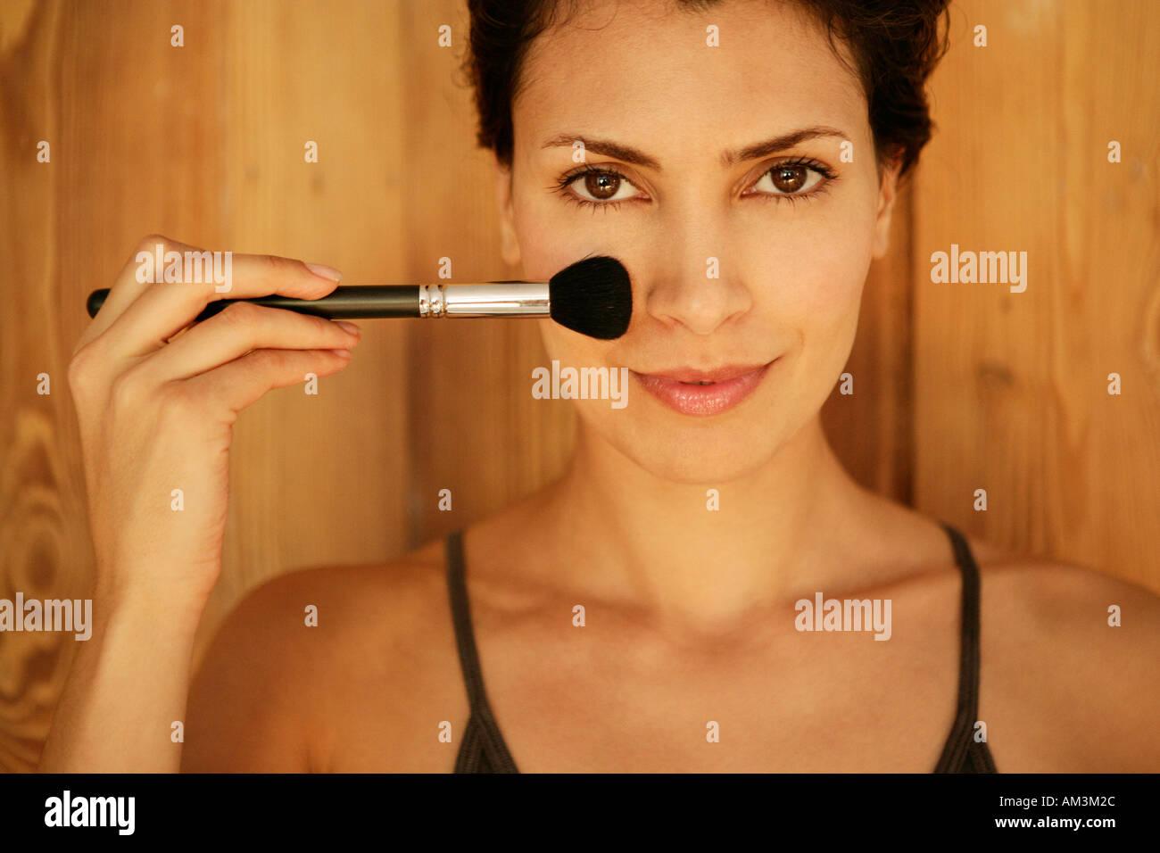 Frau, die Anwendung von Make-up Stockbild