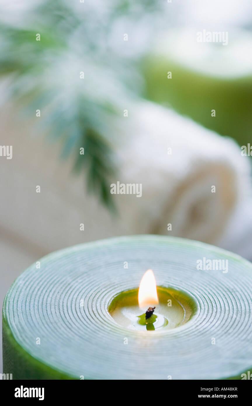 Nahaufnahme einer Aromatherapie Kerze brennen Stockbild