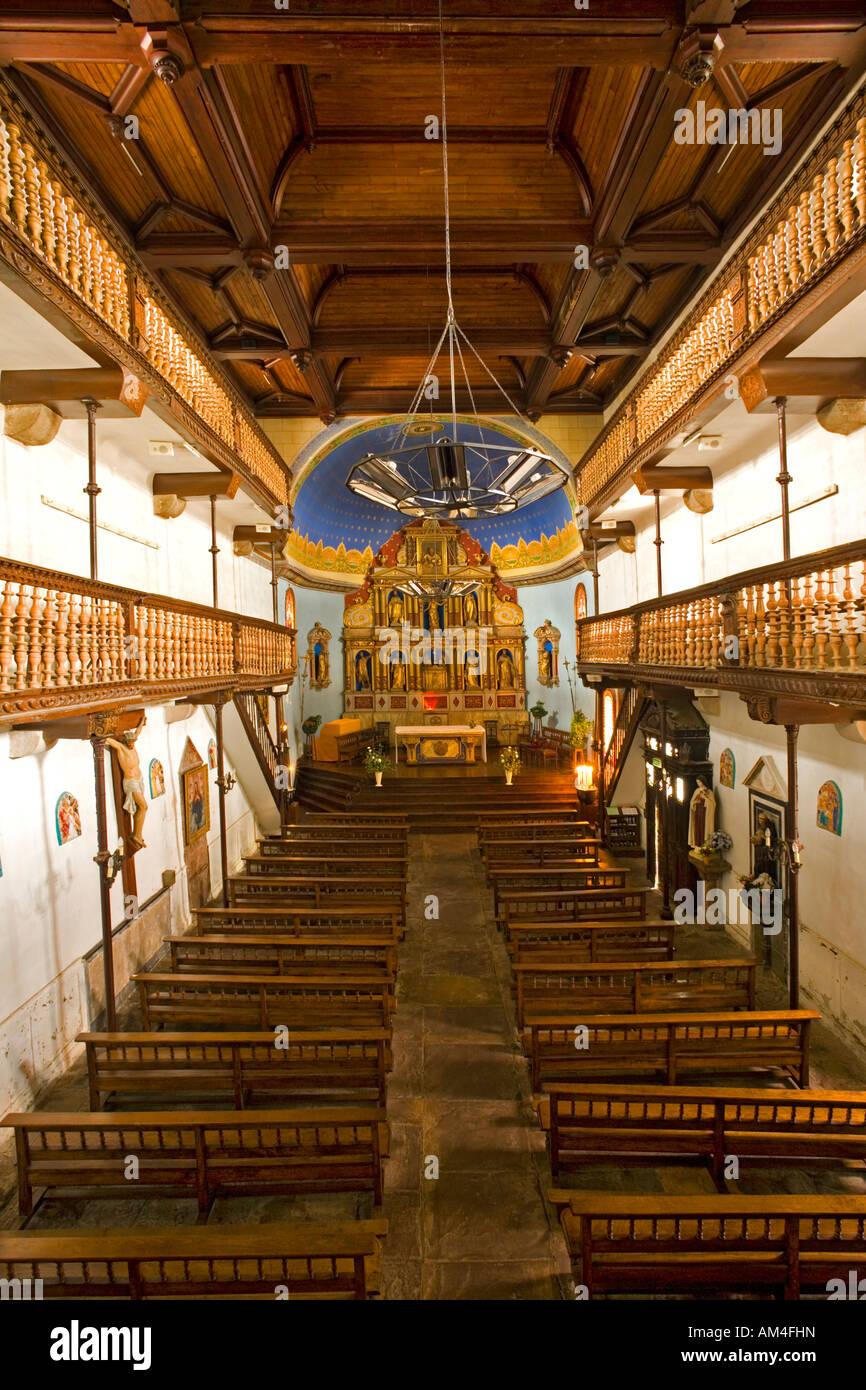 Das Innere der kleinen Aïnhoa baskischen Kirche (Frankreich). Intérieur De La petite Église du Dorf Stockbild