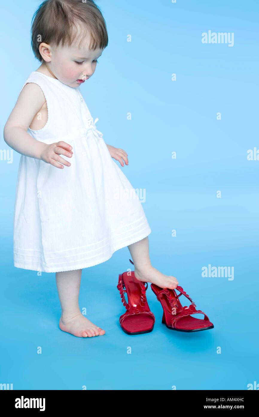 8d30dcd781f32b kleine Mädchen Mutter Schuhe anprobieren Stockfoto