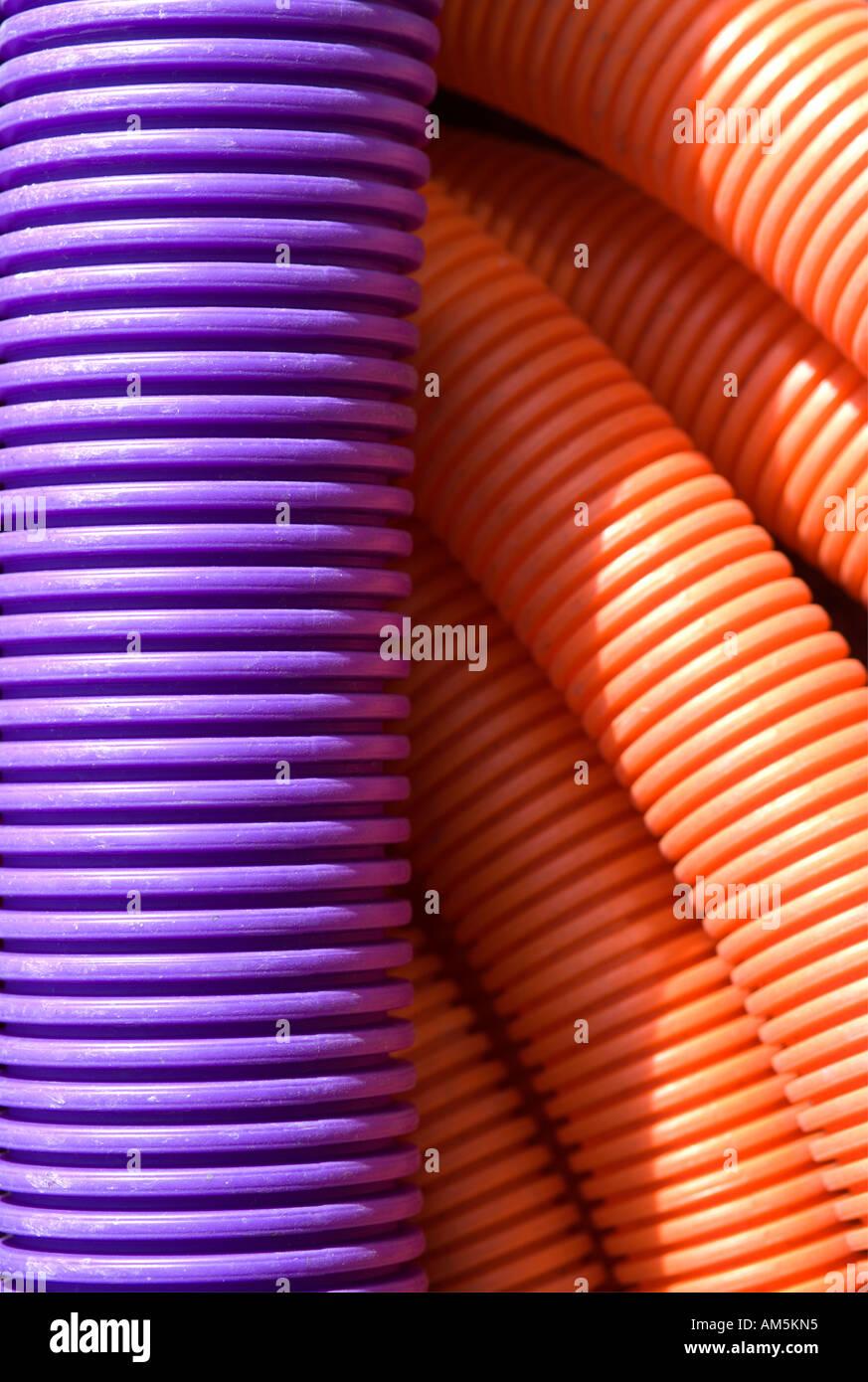Flexible lila und orange Wellpappe Mantel Rohr Rohr Kabelspulen ...