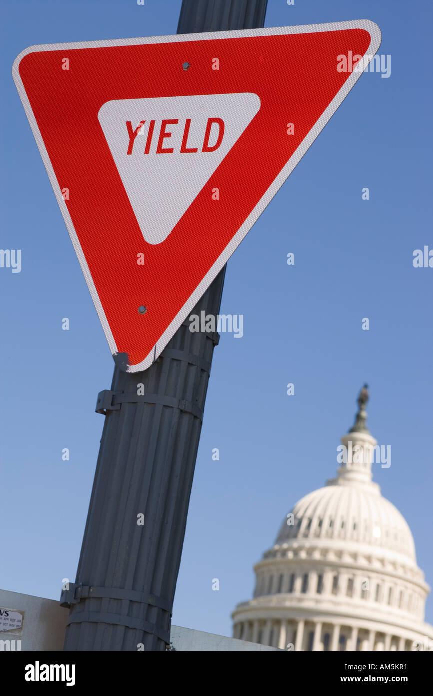Ergeben Sie Schild mit US Capitol Building in Washington, D.C.. Stockbild