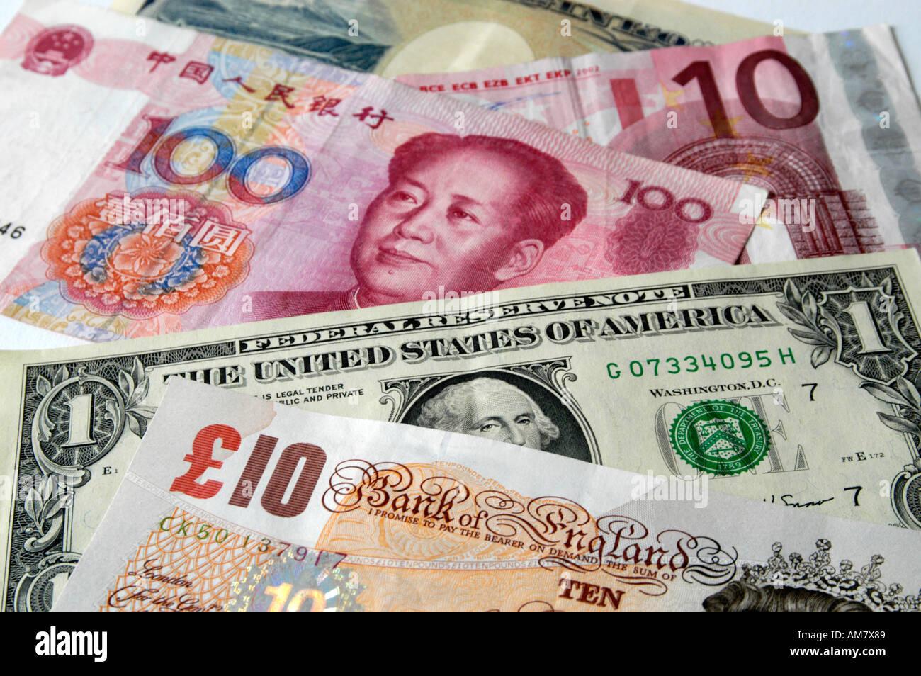 Mischung aus ausländischen Banknoten Stockbild