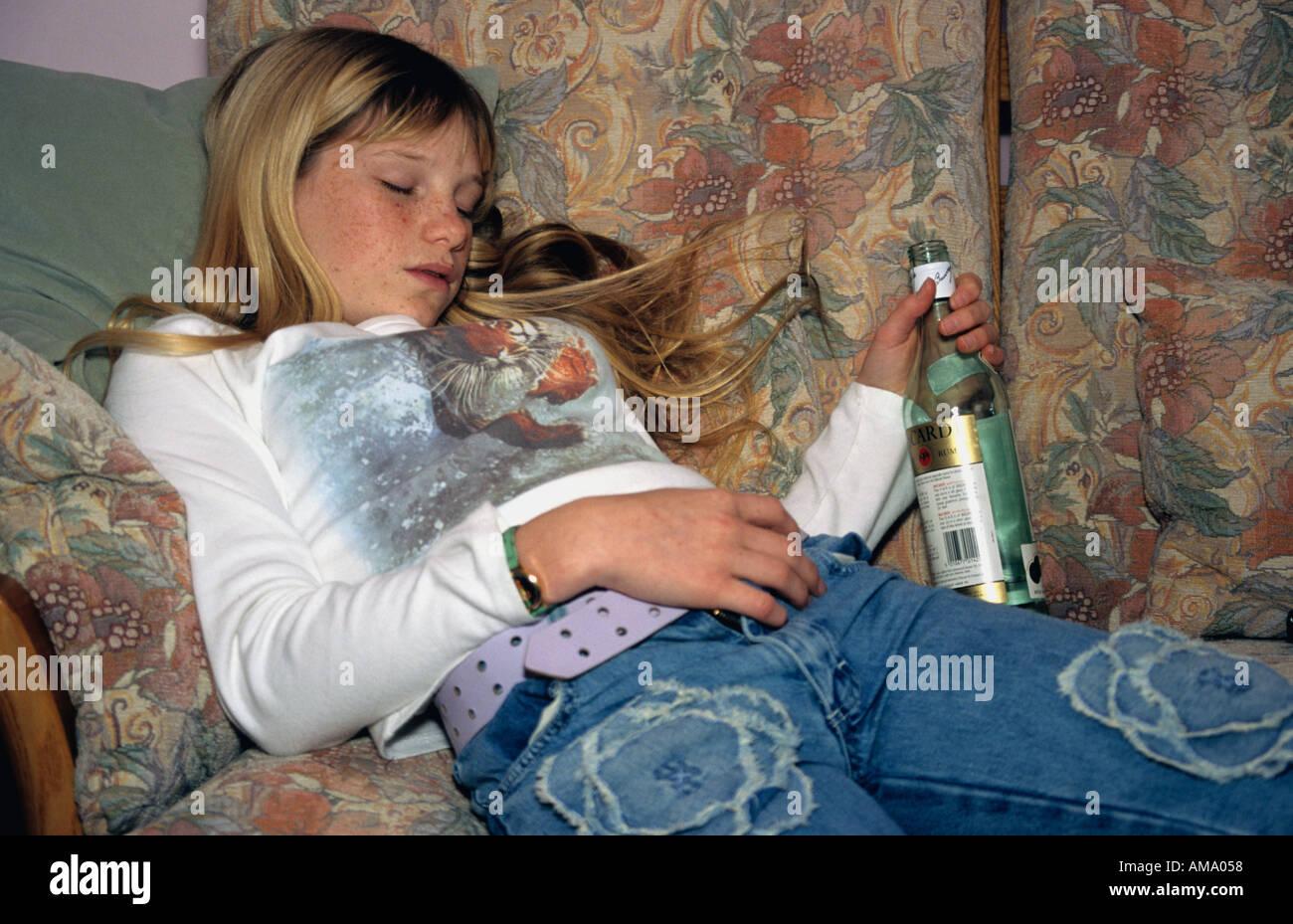 Betrunkene Mädchen sind nackt ausgezogen