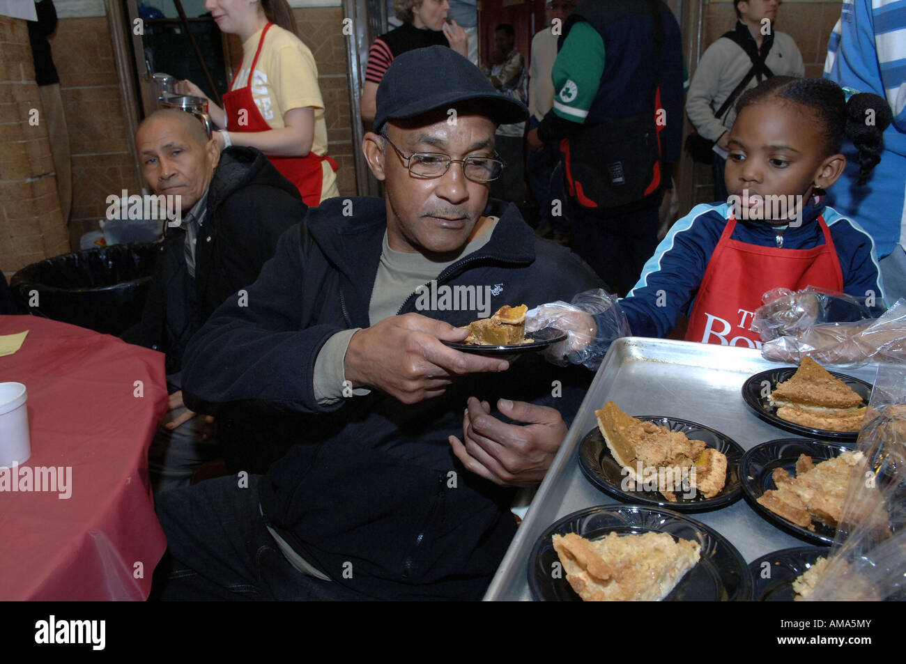Soup Kitchen Homeless Volunteer Stockfotos & Soup Kitchen Homeless ...