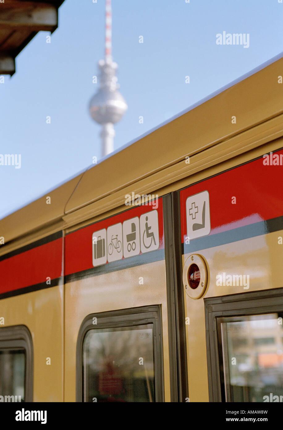 Ein Zug in Berlin Stockbild