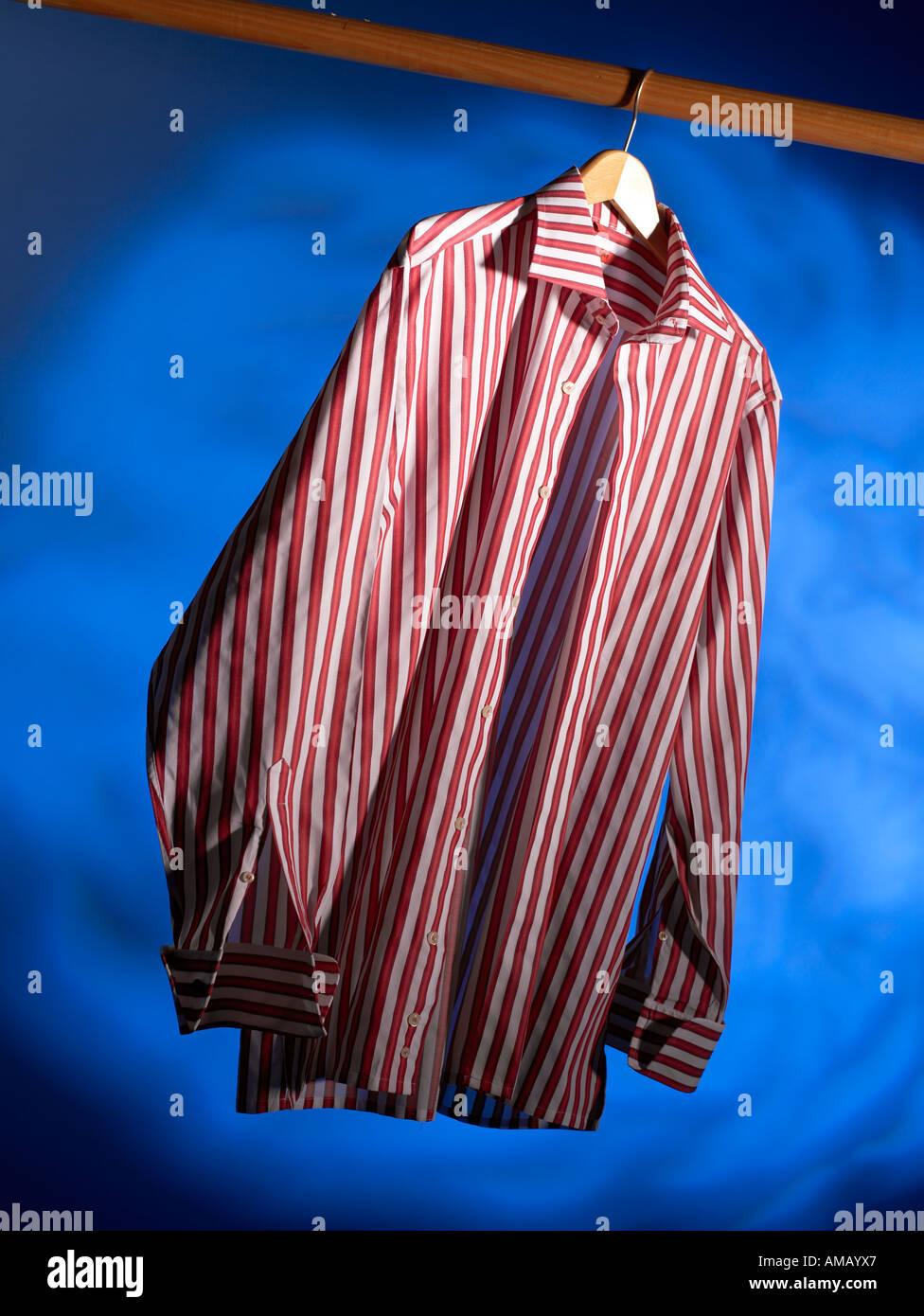 Shirt im Hanger vertikal Stockbild
