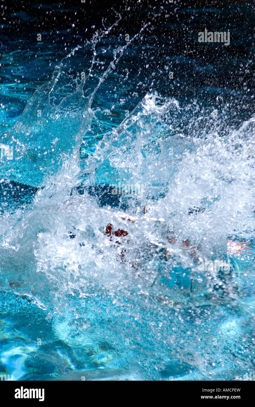 Detail der planschen im Pool wie jemand springt Stockbild