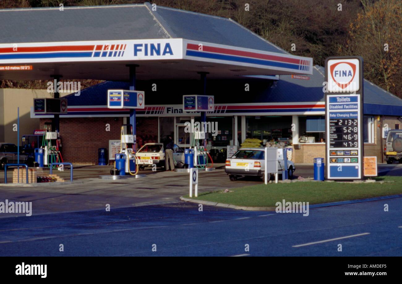 Tankstelle, Kraftstoffpreise in Liter und Gallonen zeigen; England in den 1990er Jahren nach geht. Stockbild